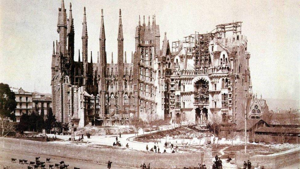 1900_Sagrada Família_crypt.jpg