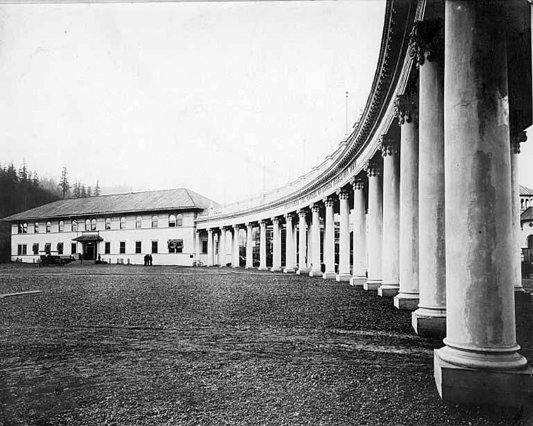 750px-Grounds_under_construction_at_colonnade_entrance,_Lewis_and_Clark_Exposition,_Portland,_...jpg