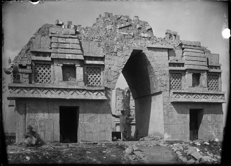 Cast_of_Mayan_ruins,_World's_Columbian_Exposition_exhibit-2.jpg
