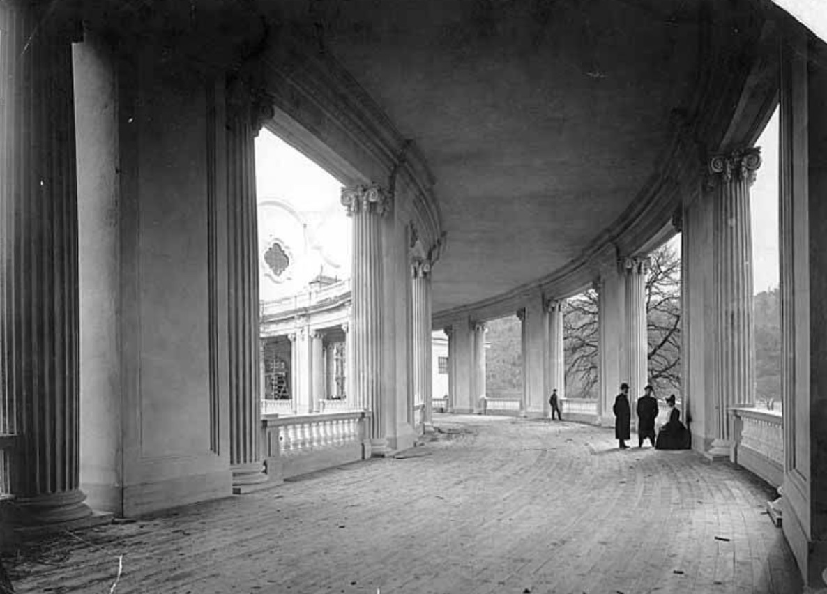 Colonnade of the Government Building under construction.jpg