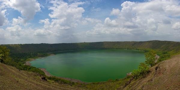 lonar_crater_lake.jpg