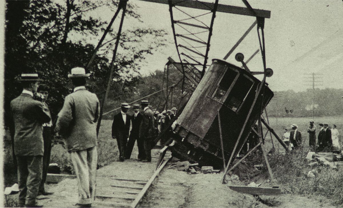 Pelham_Park_Railroad_monorail_flying_lady_derailment_1910.jpg