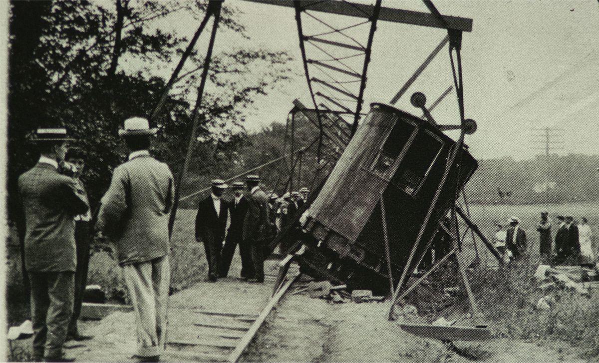 Pelham_Park_Railroad_monorail_flying_lady_derailment_1910.jpg