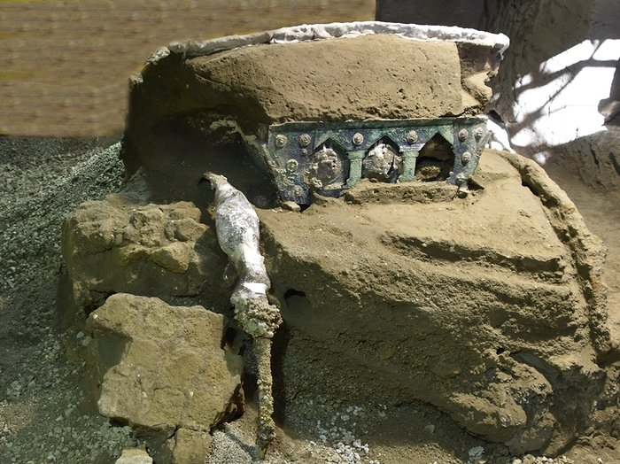 pompeii-chariot-1-6140f985b312e7607ac57900746ea0893da145de-s700-c85.jpg