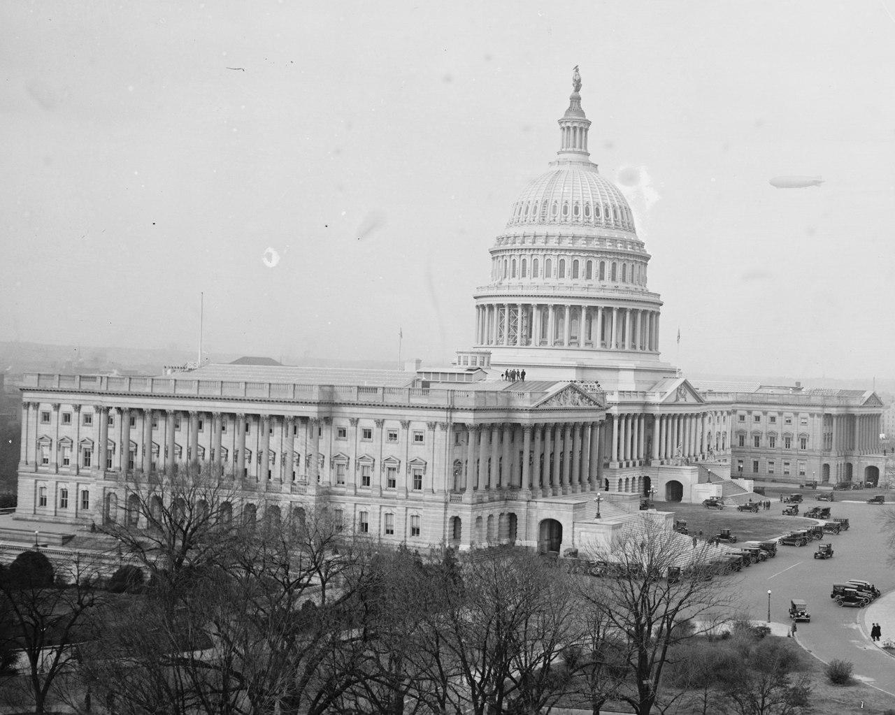 US_Capitol_on_25_November_1924_with_the_USS_Los_Angeles_ZR-3_26474u.jpg